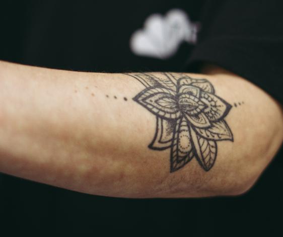 Tatuaje en brazo para el blog de Tatualia Chueca